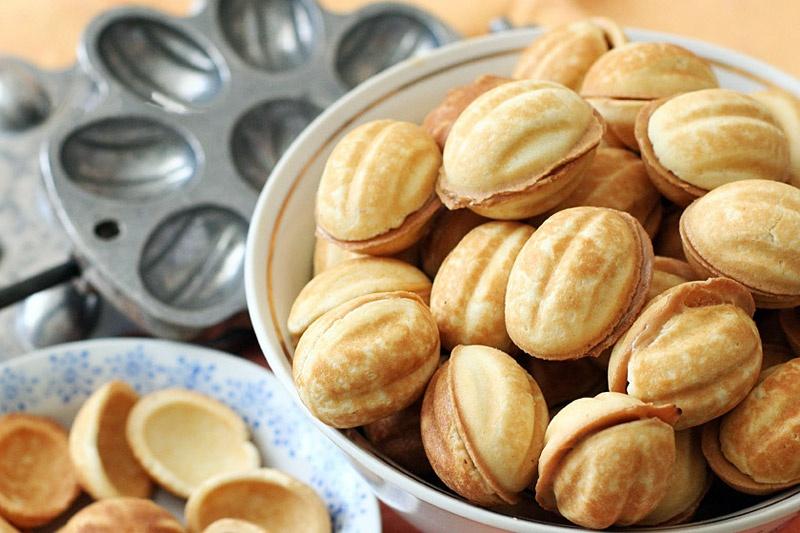 Печенье орешки со сгущенкой в форме на газу