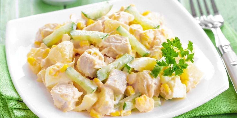 Салат с ананасами и курицей и грибами рецепт
