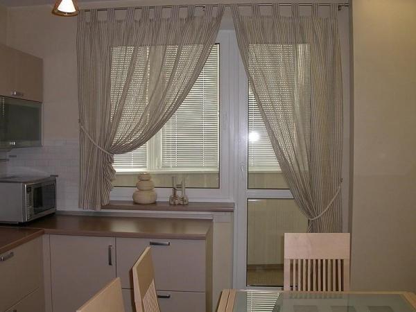Дизайн окна с дверью на кухне