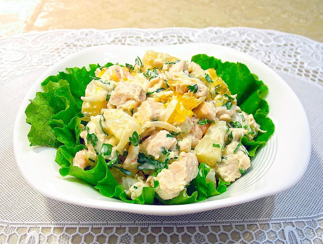 Приготовление салатов с консервированными ананасами