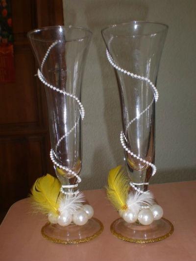 Массу положительных эмоций у молодоженов и гостей вызовут свадебные фужеры своими руками с дополнением их цветными перьями - кар