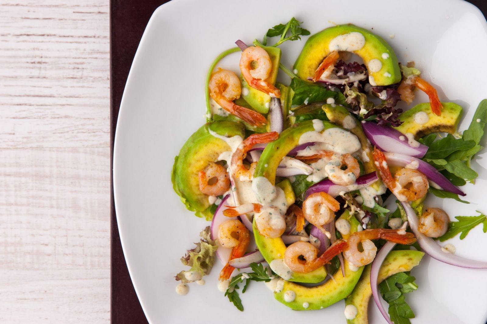 Простой салат из креветок и авокадо