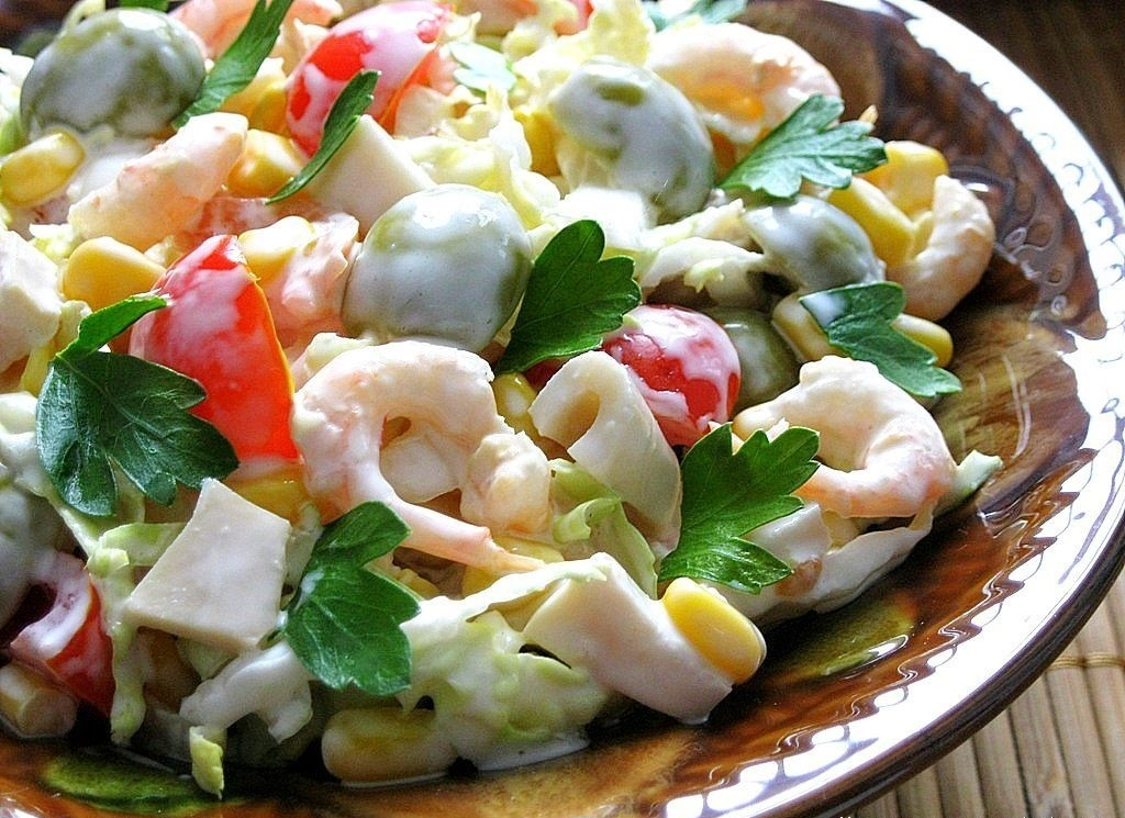 Салат с кальмарам кукуруза