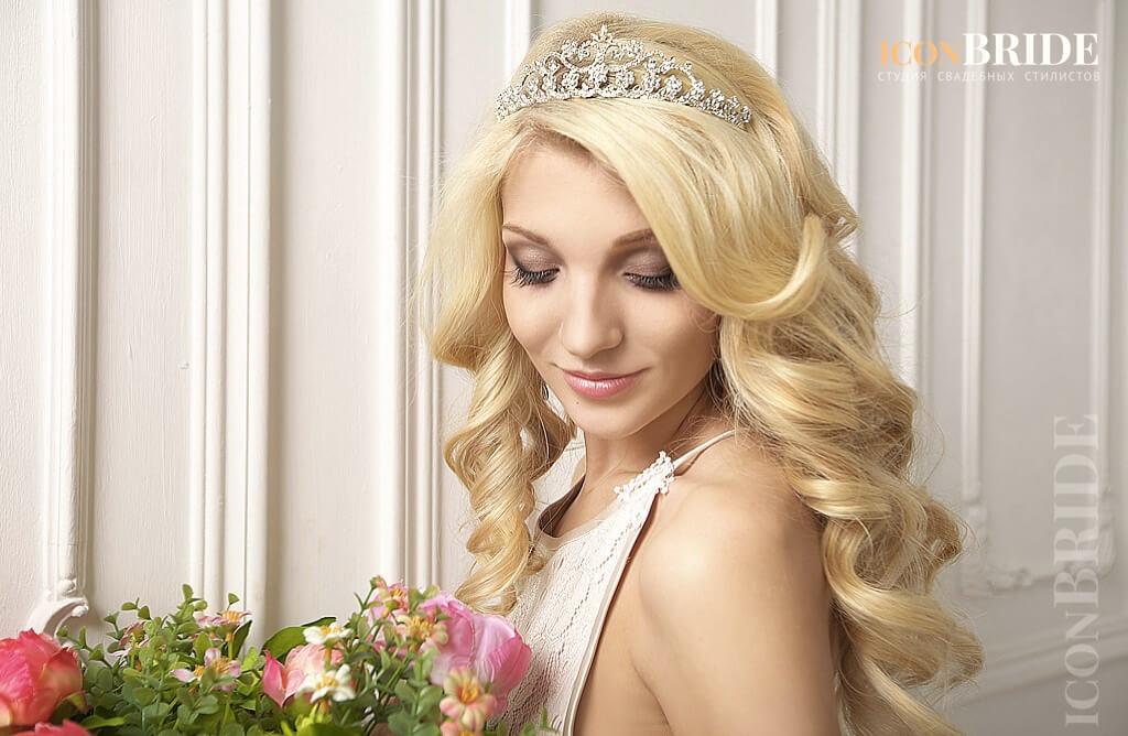 Как сделать прическу с диадемой на длинные волосы