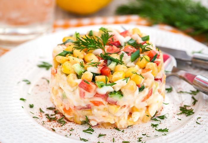 Салат из куриной грудки с крабовыми палочками и кукурузой