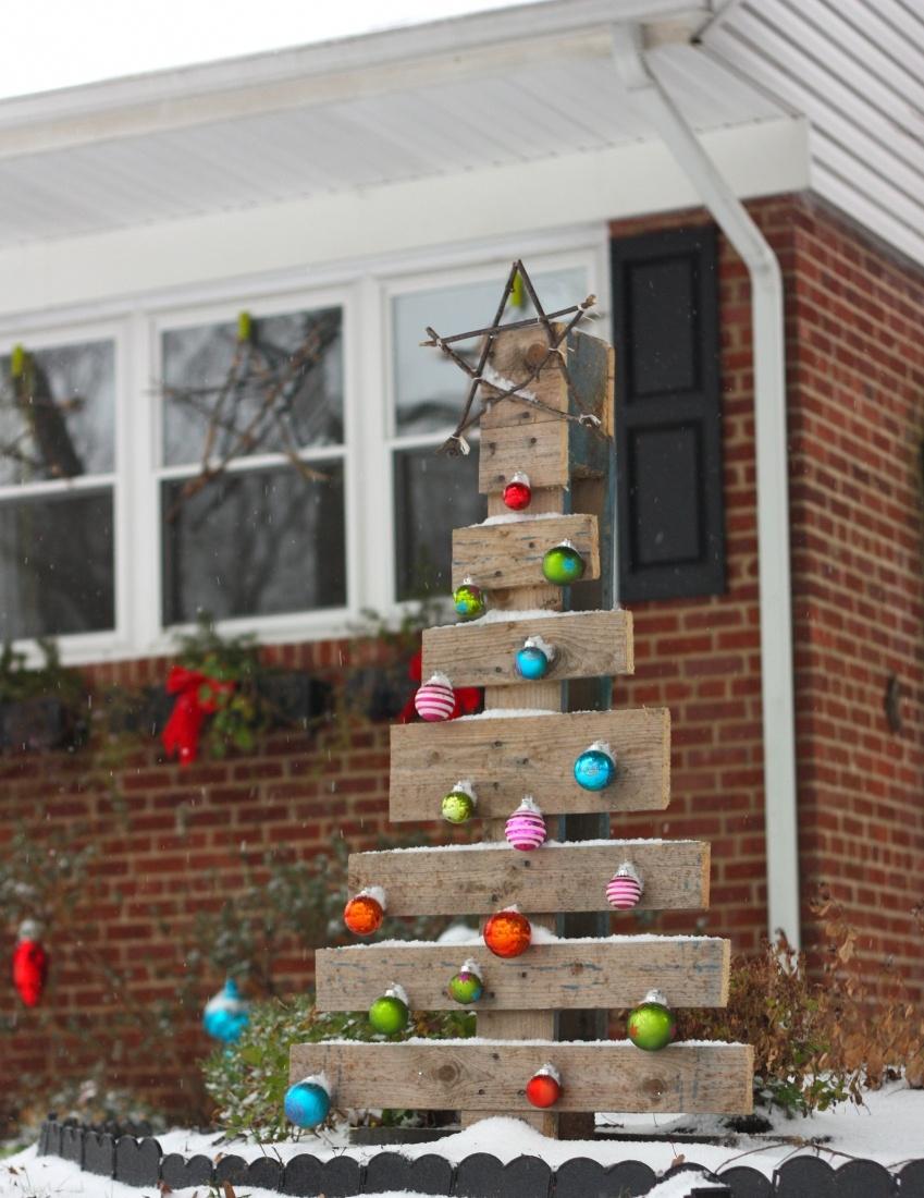 Новогоднее украшение двора частного дома своими руками