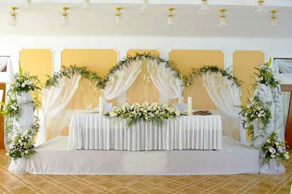 Оформление свадебного стола живыми цветами