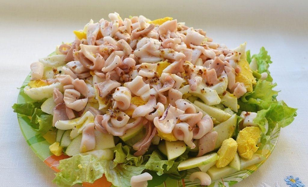 Салат из кальмаров с огурцом и яйцом зеленым луком