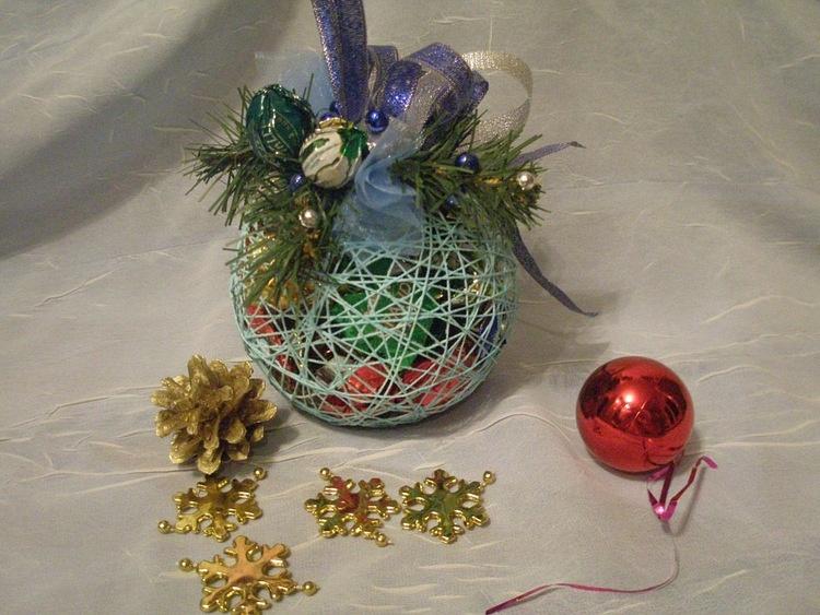 Новогодние подарки из ниток своими руками