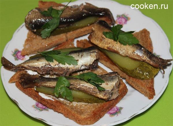Рецепт бутербродов со шпротами соленым огурцом