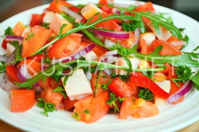 Салат из копченой курицы с помидорами и маком