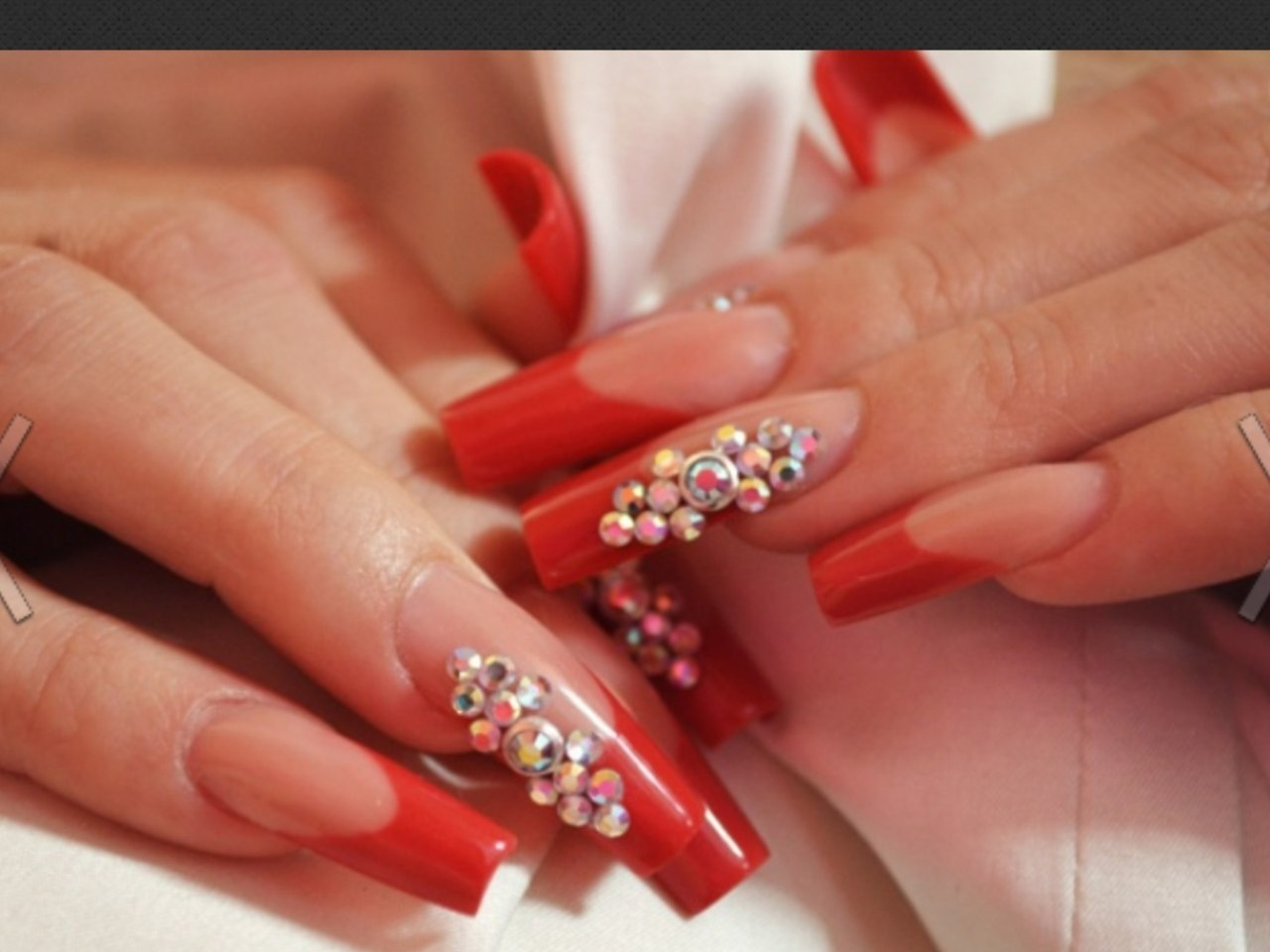Фото ногти красные острые со стразами