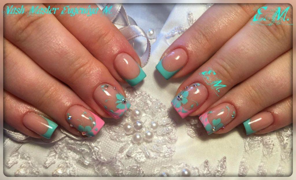 Цветной френч с цветами на ногтях