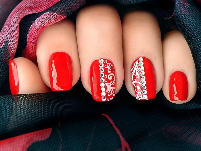 Дизайн ногтей красным шеллаком