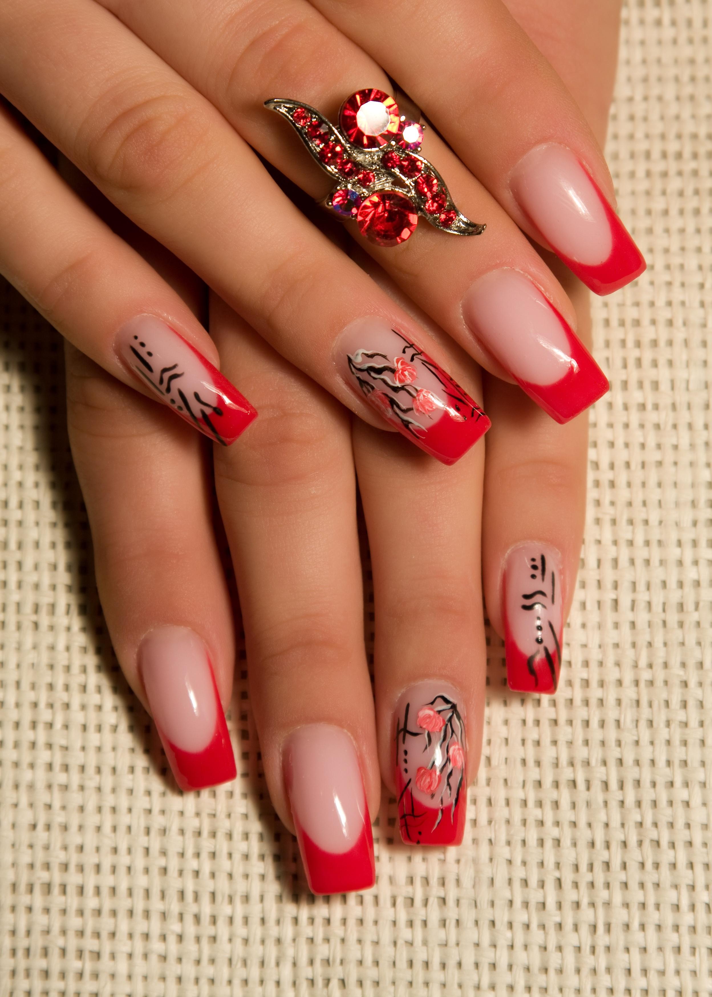 Ногти красный френч с рисунком