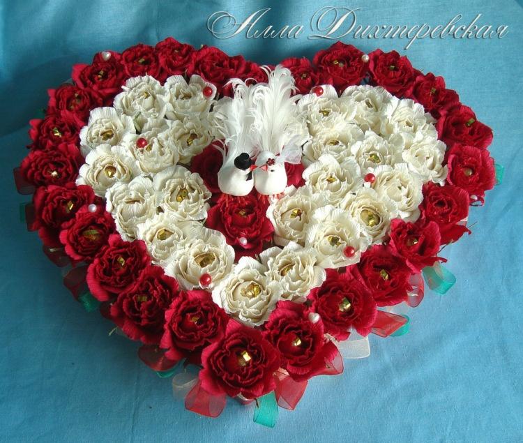 Сердце из роз с конфетами своими руками