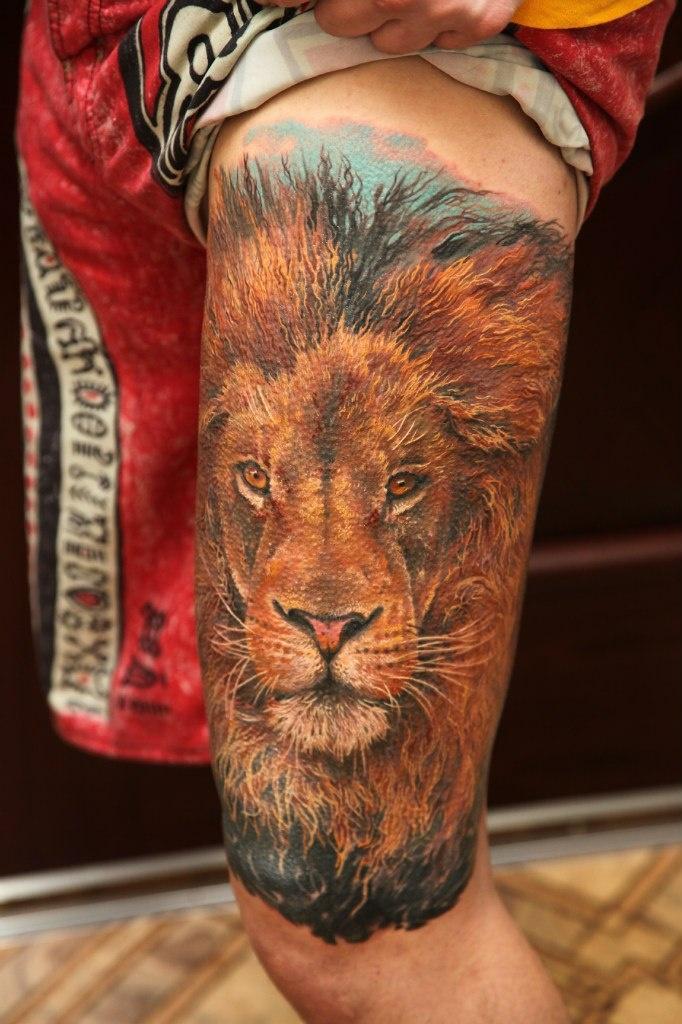 Тату льва на ноге мужская