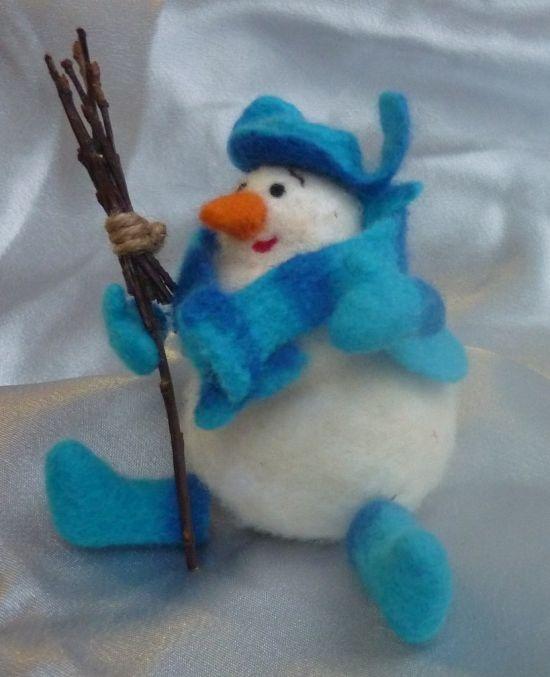 Валяная игрушка снеговик. Очень милый и теплый снеговик, который с удовольствием встретит с вами Новый год! Рукавички, валенки,