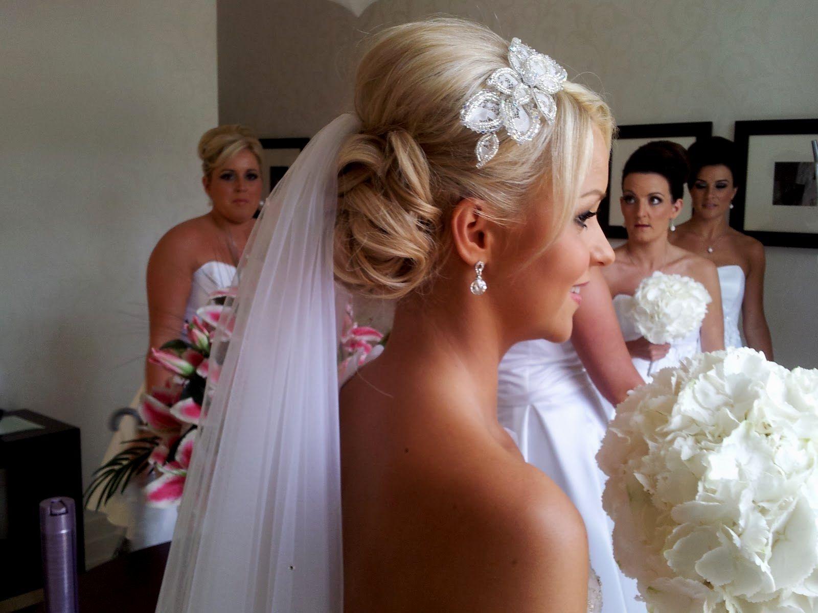 Свадебные прически на средние волосы с фатой и короной