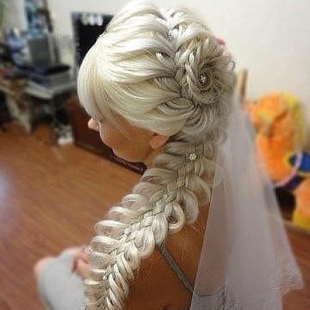 Элемент плетения на длинных волосах