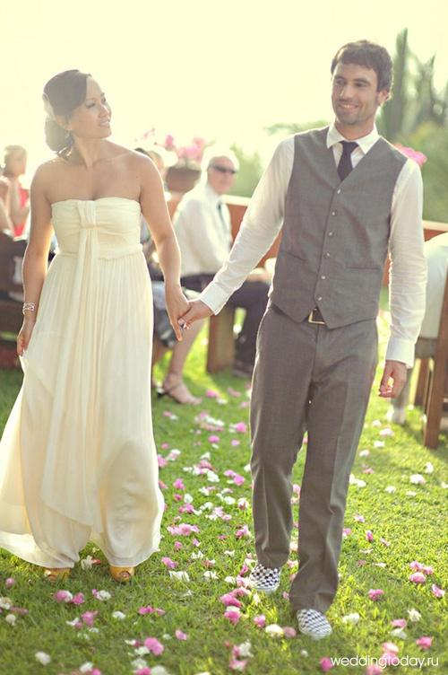 Свадебное платье цвета айвори какой костюм жениха