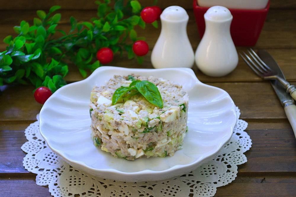 Салат рыбный из консервов простой рецепт с