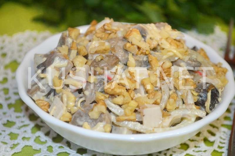 Как сделать салат с грибами и крабовыми палочками