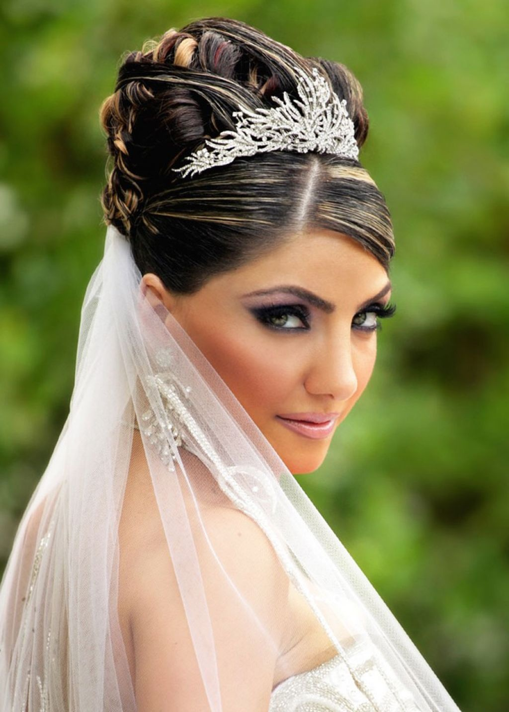 прически для невесты с диадемой фото