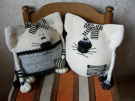 Подушка кот вязаный