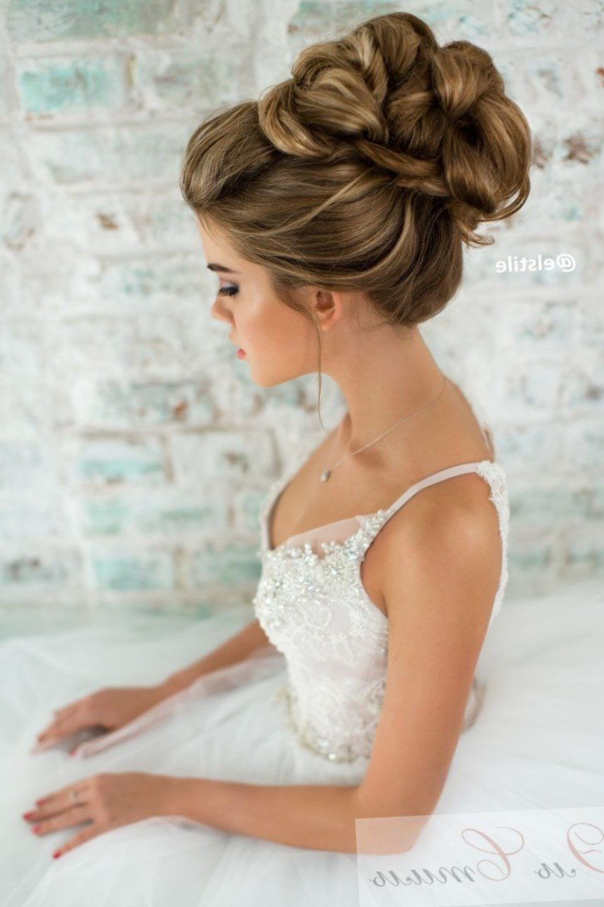 свадебные прически с высокоподнятой фатой