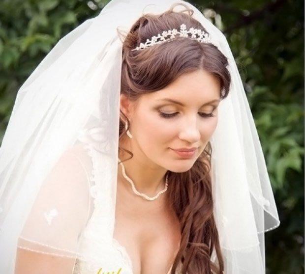 Свадебные прически с диадемой челкой и фатой