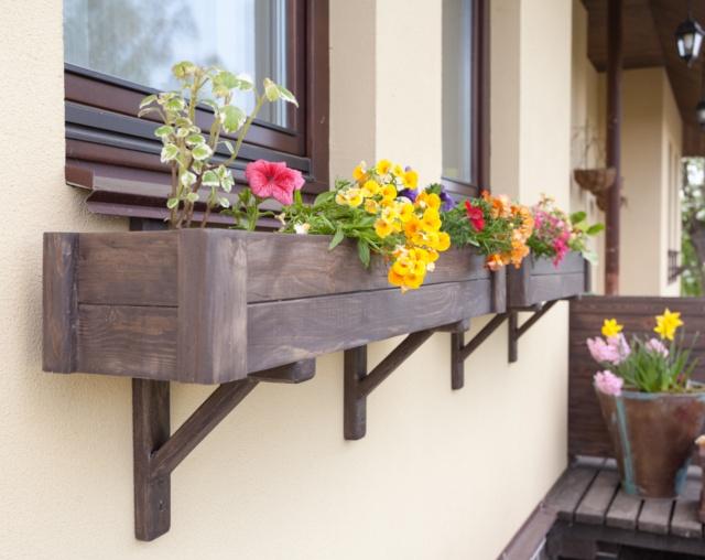 Как сделать цветочницу за окном