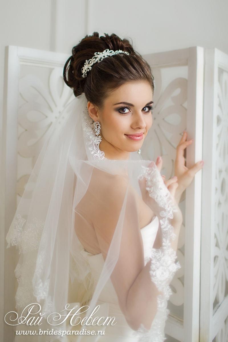 высокие свадебные прически на длинные волосы с фатой