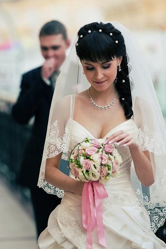 Свадебная прическа с фатой с челкой