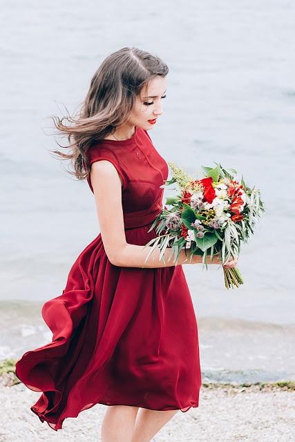 Платье цвета марсала с чем носить