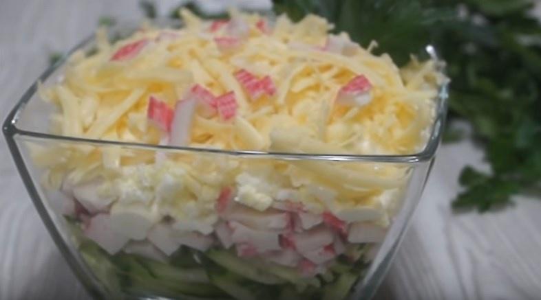 Слоёный крабовый салат с фото