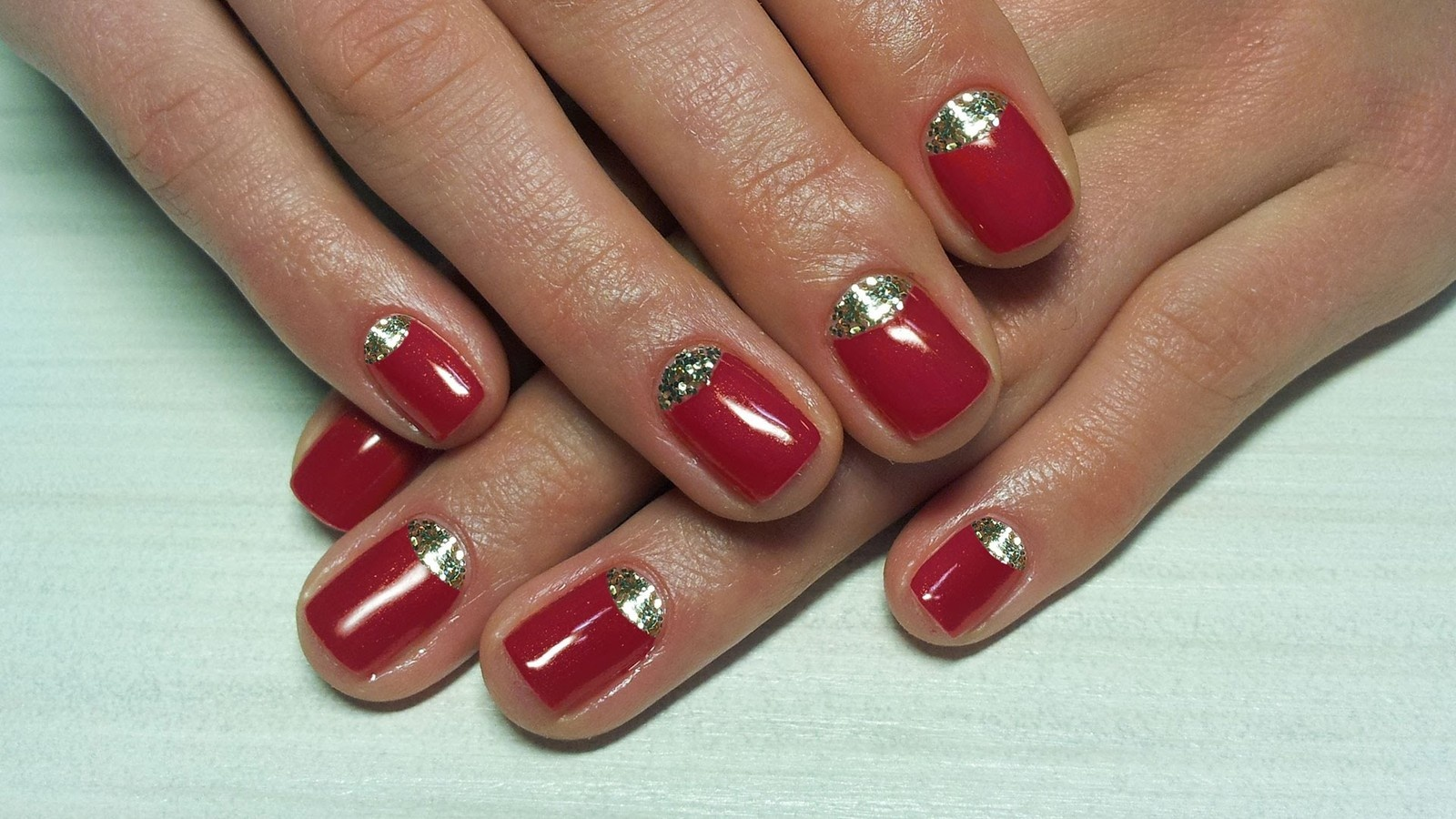 Маникюр под красное платье на короткие ногти