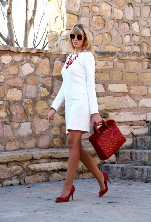 Молочное платье и красные туфли