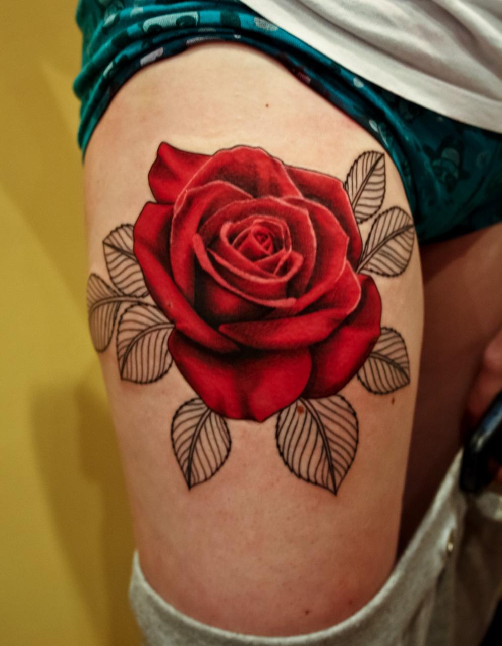 Тату роза на ногу