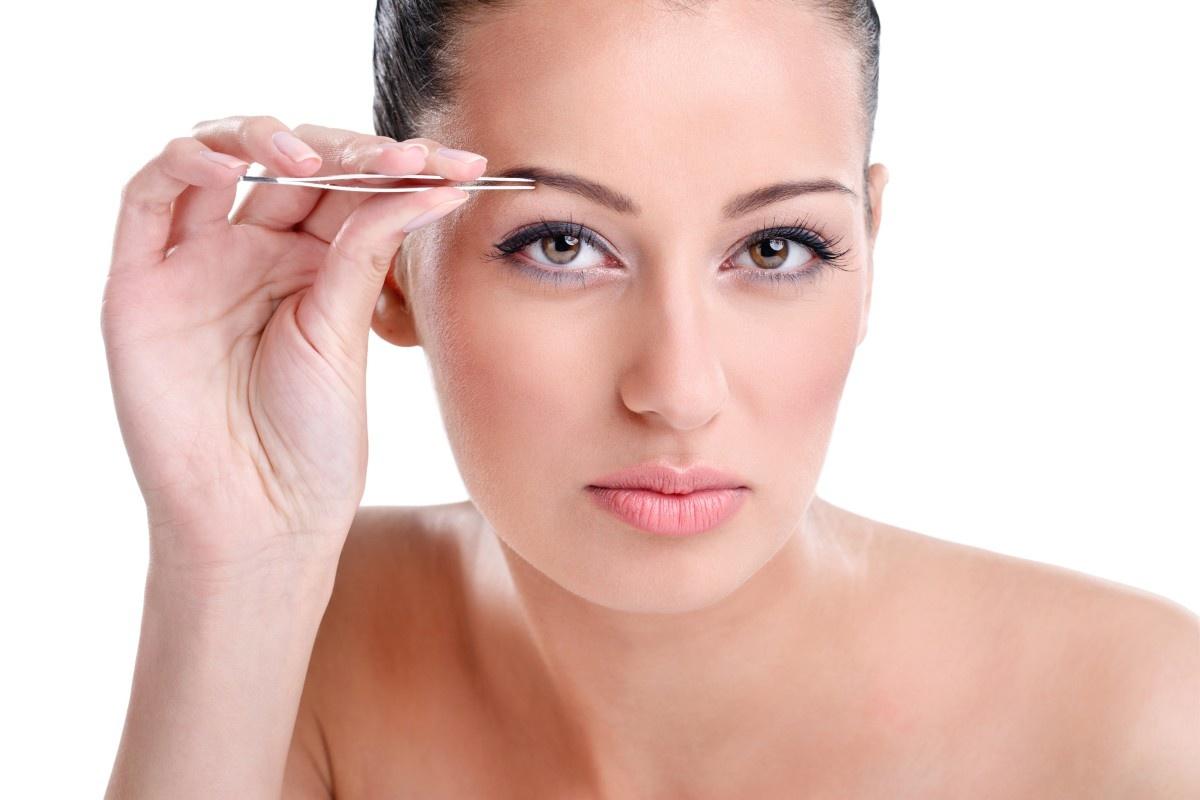 Чем выщипывать брови безболезненнее