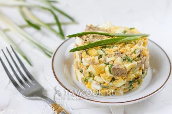 Салат с печенью трески и яйцом и луком