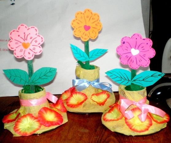 С руки цветы в садике