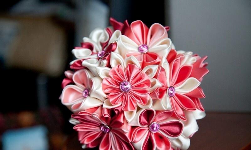 Жестких ограничений тут нет, но лучше в цветочной композиции копии используйте те же цветы, что и в оригинале. - карточка от пол