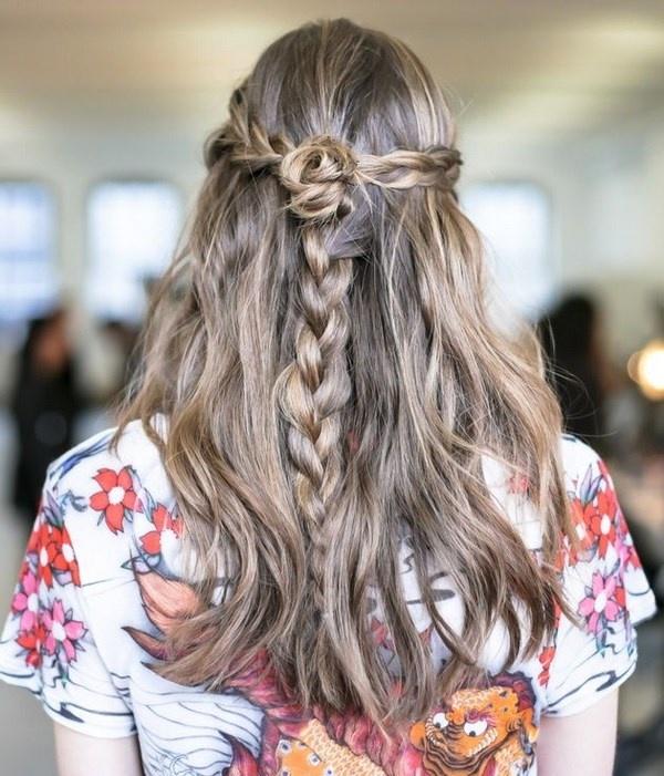 прически на распущенные волосы с плетением