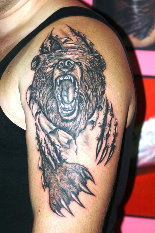Тату медведь плечо
