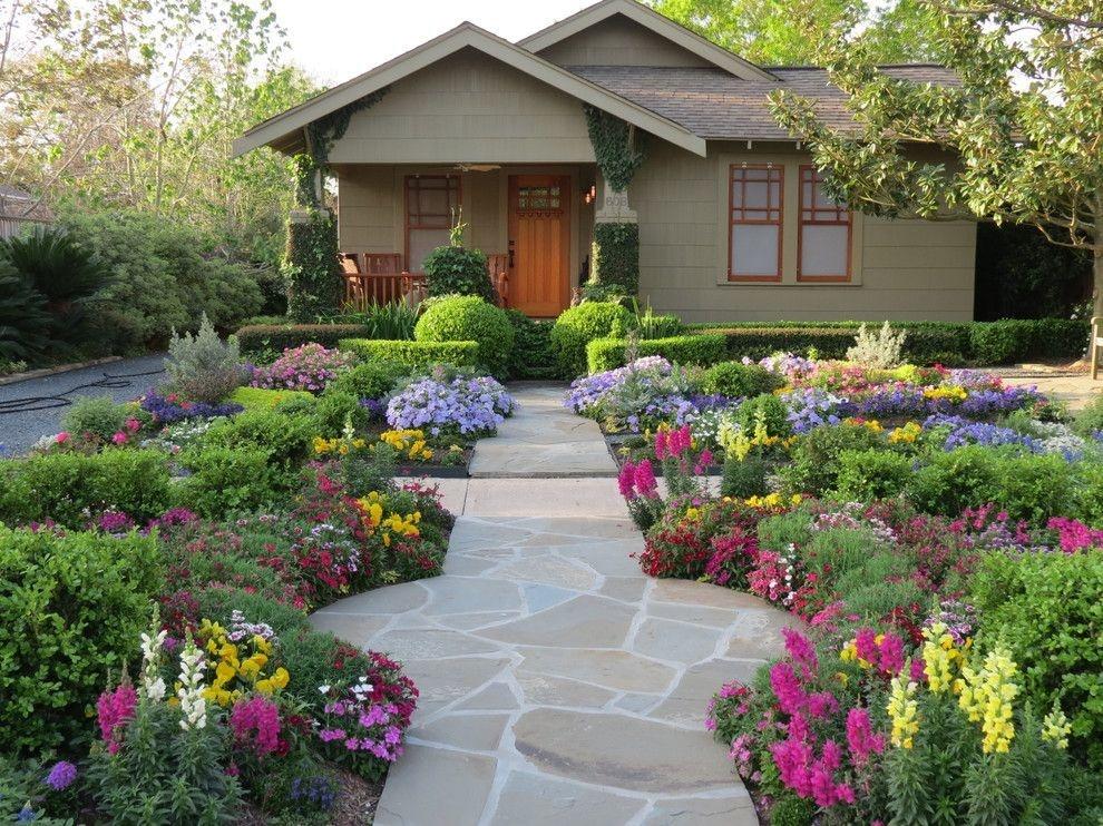 Как оформить цветник перед домом