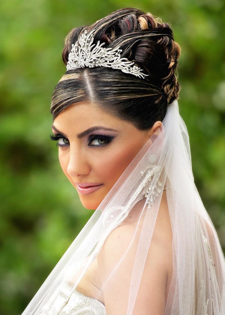 свадебная прическа диадемой длинные