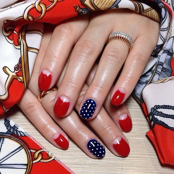 Дизайн синих ногтей с красными цветами