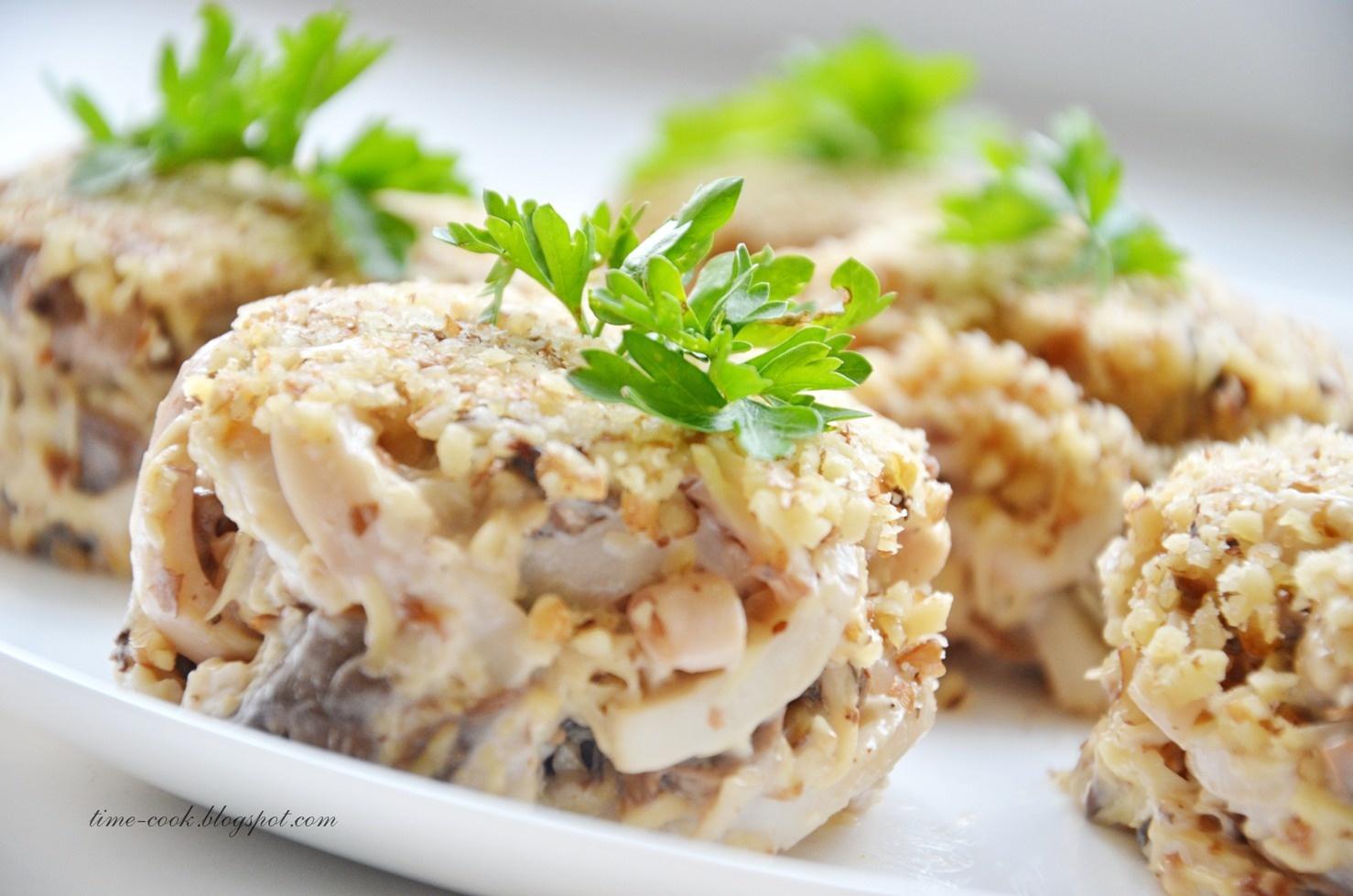Салат с кальмарами сыром орехами