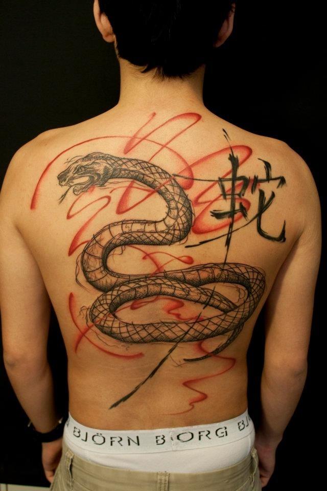 Тату на спине змеи